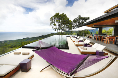 Poollounge des Hotels Kura Design Villas