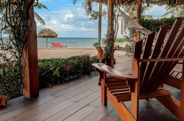 Veranda einer Beachfront Cabana in der Jaguar Reef Lodge in Hopkins