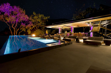 Terrasse und Pool des Hotels Kura Design Villas