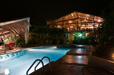 Pool im Hotel Arenal Springs bei Nacht
