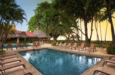 Beachfront Pool des Tamarindo Diria Hotels